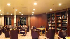 Bibliotheek op een cruiseschip van Hurtigruten