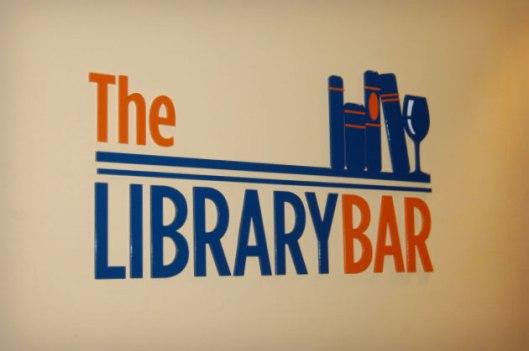 Bibliotheek en bar gecombineerd op een Amerikaans passagiersschip
