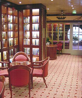 In de bootbibliotheek van Norwegian Sun zijn behalve Engelse boeken en tijdschriften ook Nederlandstalige boeken beschikbaar