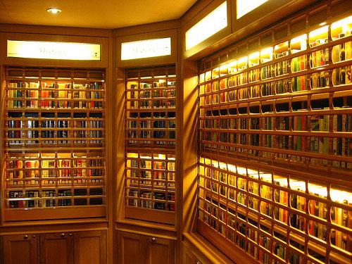 Fraaie houten boekenkasten op de Queen Mary 2 (foto Kimli)