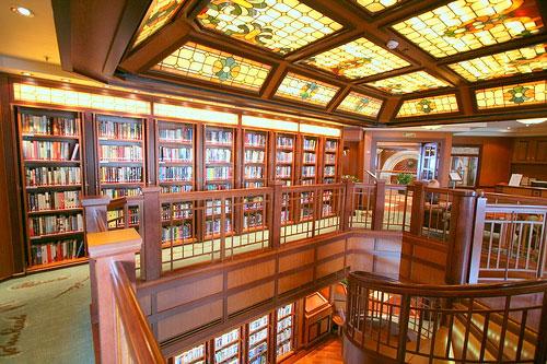 Grote bibliotheek op de Queen Victoria (foto Matt Chapman)