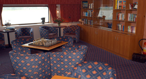 De bibliotheek van motorschip Thine Princess (Rivercruise Line) is vooraan op het promenadedek gesitueerd. Deze firma vaart met 3 riviercruiseschepen in Duitsland, Nederland en België