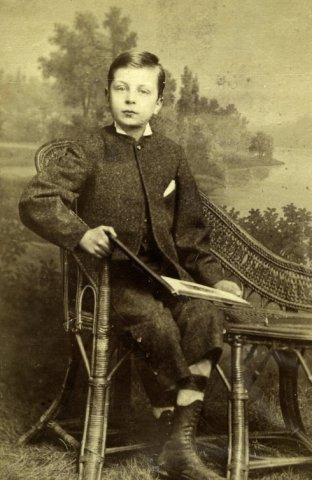 Een jonge Samuel van Lennep (1866-1943) met een boek op zijn schoot op 10-jarige leeftijd als leerling van de Noordschool in 1876 (NHA)