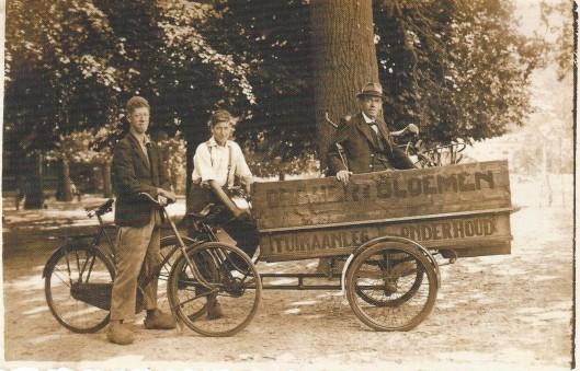 De kar van de firma Draijer met de hovenier-eigenaar H.J.Draijer en twee knechten.