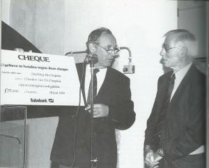 De voorzitter van de 'Vrienden van de Cruquius' architect Ben van Tongeren overhandigt aan ir.Aad Klomp, voorzitter van de Stichting 'de Cruquius', een cheque van ƒ 25.000,-. Vier machines in het museum draaien dan in 1993. (foto Gé Duits)