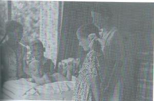 Een nog gelukjkig gezin van Tongeren omstreeks 1942 in het in 1937 betrokken huis aan de Herfstlaan. Van links naar rechts: Ingrid, Ben, daarvoor baby Paul, Ellen en moeder Miek. Vader Herman en broer Herman ontbreken op de foto. Aan het geluk kwam een abrupt einde na de moord op vader van Tongeren en september 1944 moest men de villa verlaten, omdat gevorderd was voor de inkwartiering van Duitse officieren.
