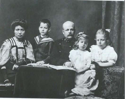 Familiefoto uit omstreeks 1907 met v.l.n.r. grootmoeder Jeanne, Herman(nus) = vader van Ben van Tongeren, grootvader Hermannus, Jacoba (leidster van verzetsgroep 2000) en Lot van Tongeren.