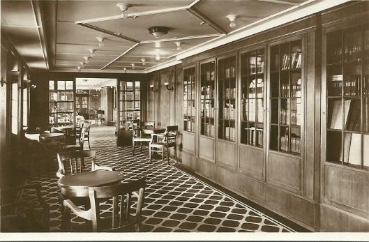 Motorschip 'Monte Cervantes': schrijfkamer en bibliotheek met een  doorkijk naar de rookkamer. (Hamburg Südamerikanische Dampfschifffahrts-Gesellschat)