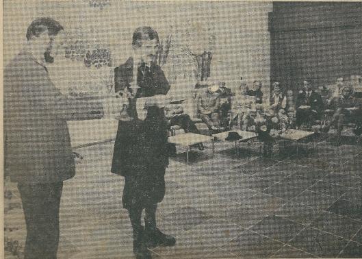 Ben van Tongeren licht bij terwijl 'Craandijk' alias Cees Peper enkele passages voorleest uit zijn reisverslag bij presentatie van het boek 'Een wandeling langs de buitenplaatsen van Heemstede in de voorzomer van het jaar 1847' in het raadhuis van Heemstede. Op de achtergrond mevrouw Quarles van Ufford, burgemeester De Widt van Bennebroek en de eigenaars van landgoederen of hun vertegenwoordigers (Heemsteedse Courant, 13-11-1975)