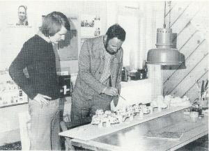 Architect ing. Ben van Tongeren, voorzitter van de VOHB van 1971-1980, geeft uitleg aan Herman Bolsenbroek links van hem over een nieuwbouwproject.