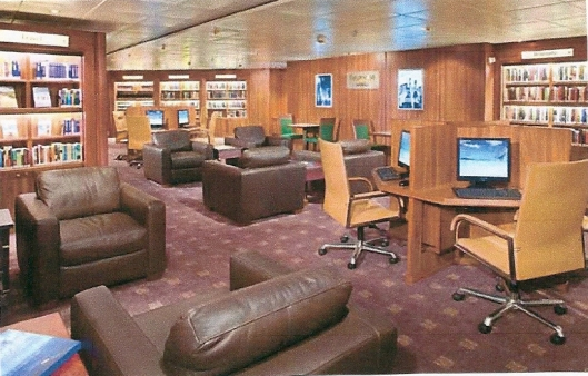 Het 'Explorations Café'van het moderne cruiseschip 'Prinsendam' van de Holland America Line, 2011
