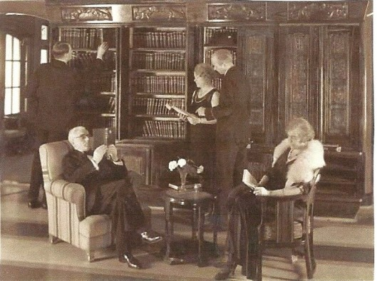 De bibliotheek van het passagiersschip 'Marnix van Sint Aldegonde' van de Stoomvaart Maatschappij Nederland. Het achterhouden van boeken door passagiers werd ontmoedigd door alle boeken uniform in te binden en op de boekruggen van een stempel van de maatschappij te voorzien  (biblioth. Maritiem museum Rotterdam)