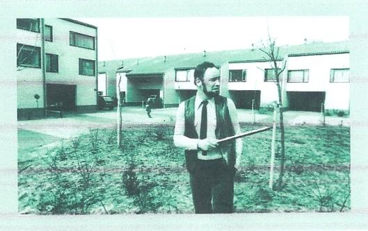 Architect Ben van Tongeren op een binnenplaats van De Wouden, in de wijk Baggelhuisen te Assen (1977) [foto Drents Archief]