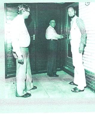 Opening van de eerste zeven woningen van het plan van 252 experimentele woningen in de wijk baggeluizen te Assen. Links S.W.A.directeur Faber en rechts architect ing. Ben van Tongeren (foto 7 juli 1976, Drents Archief)