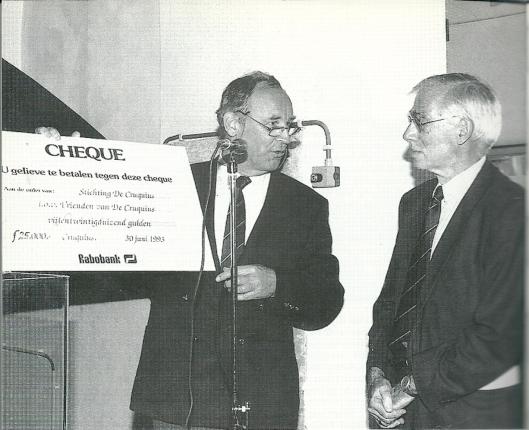 Voorzitter Ben van Tongeren, voorzitter van de 'Vrienden van de Cruquius', overhandigt aan ir. Aad Klomp, voorzitter van Stichting 'de Cruquius', een cheque van ƒ 25.000,-. (foto Gé Duits)