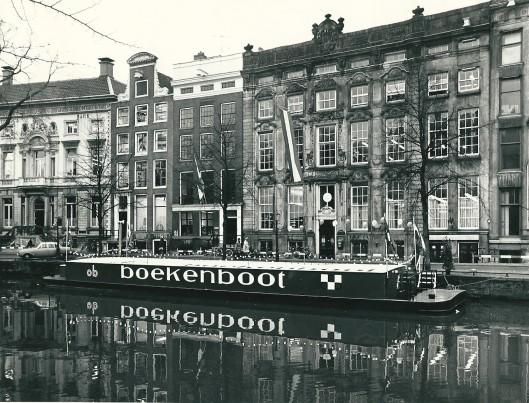 Foto van de Amsterdamse boekenboot voor het pand van de centrale openbare bibliotheek, Keizersgracht 444, het vroegere bankiershuis Hope & Co.