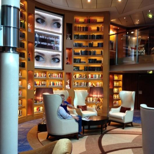 Bibliotheek op schip Reflection
