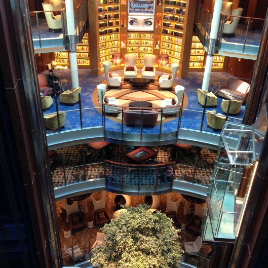Hypermoderne bibliotheek in cruiseschip 'Reflection'