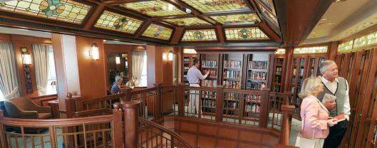 Bibliotheek op de 'Queen Victoria' van Cunard Line