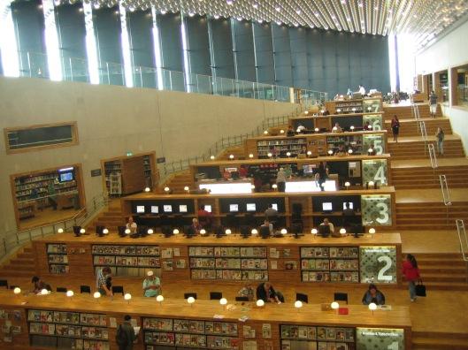 Interieur van de centrale bibliotheek in het Eemhuis  te Amersfoort in 2014