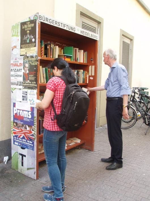 Hans Krol bij een little free library in universiteitsstad Heidelberg met een miljoenenbezit