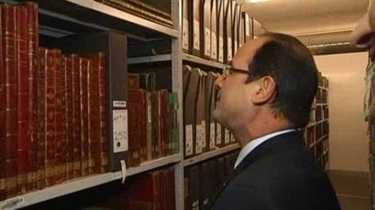 President Hollande tijdens een rondleiding na de opening van het archiefgebouw