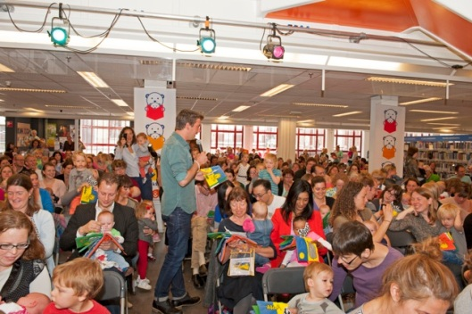 Ruben Nicolai leest voor in bibliotheek van Utrecht (foto BoekStart)