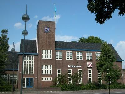 De door Cornelis van Gelder ontworpen Dreefschool in Heemstede (1930) bevat elementen van de Amsterdamse School
