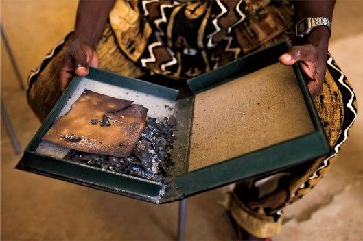 Door Islamitische strijders verbrande manuscripten in het Ahmed Baba Instituut, Timboektoe (foto Marco di Lauro).
