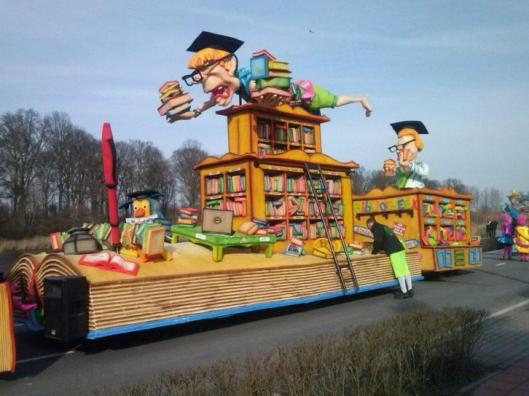 Nog een afbeelding van carnavalswagen 'bibliotheek' in Zundert