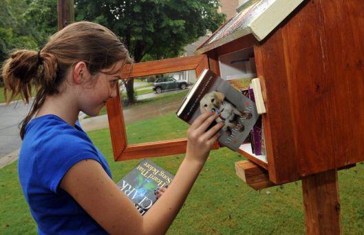Cheyenne Gardner (12) vult boeken aan in LFL bij haar huis in Duluth, USA