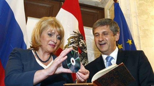 De plaatsvervangend minster van cultuur in Rusland Alla Manilova overhandigt symbolisch de bibliotheek op een dvd aan de Oostenrijkse minister van buitenlandse zaken van Rusland in Wenen