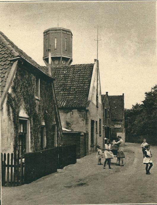 Voor de bouw van de gasfabriek moesten deze huizen aan de Cloosterweg wijken. Hier woonden v.l.n.r. de families van Manus van der Ploeg (tuinder), Piet Leuven (timmerman), Romke de Jong (vrachtrijder) en Jan Oolders (landarbeider).