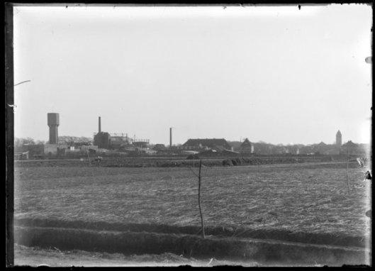 Zicht op de gasfariek en links de watertoren en rechts de nieuwe O.L.V.Hemelvaartkerk in Heemstede (NHA)