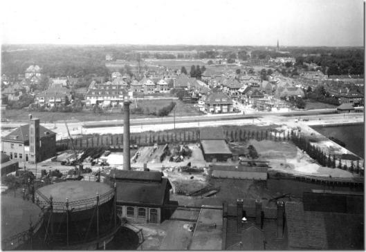 Gezicht op de gasfabriek Heemstede vanaf de watertoren met de Heemsteedse Dreef en rechts de haven