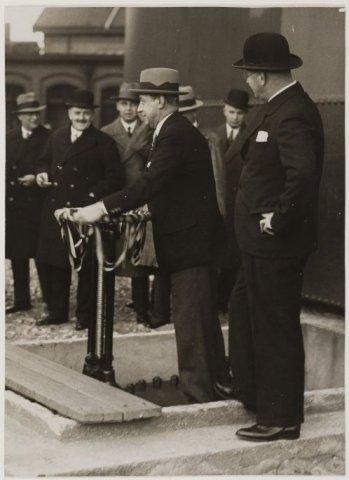 Ingebruikname van nieuwe gashouder aan de Cloosterweg door burgemeester jhr. J.P.W.van Doorn in 1933
