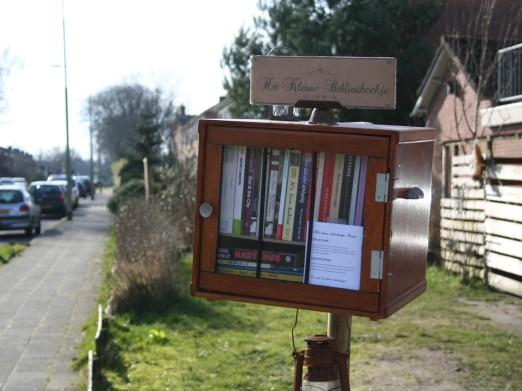 'Het kleine bibliotheekje' in Roden is een initiatief van het kunstenaarsechtpaar Derek Scholte en Jolanda Dieuwke Lichthart (Roden Journaal, 2014)
