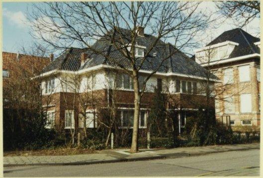 Blok van twee villa's onder één kap in het Kinheimpark Bloemendaal. In 1934 ontworpen door Huib Tuninga