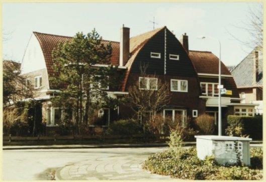 Villa's op de hoek van de dr. Dirk Bakkerlaan/ Acacialaan, Bloemendaal, in 1924 gebouwd door Huib Tuninga. 1999 (NHA)