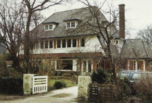 Dubbel woonhuis Bloemendaal, grens Bloemendaal, in 1934 ontworpen door Huib Tuninga.