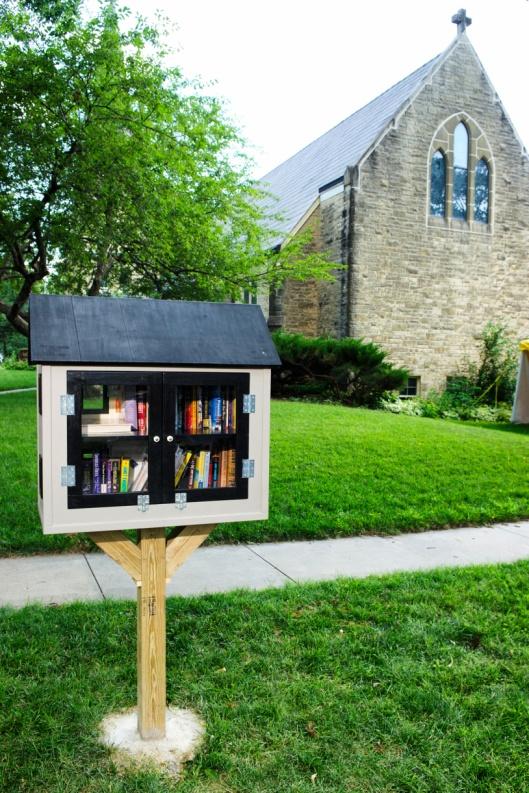Little Free Library in Lincoln, Kansas. Nabij een kerk, omdat deze zonder toestemming van de gemeente is geplaatst wil het gemeentebestuur dat deze wordt weggehaald (juli 2014)