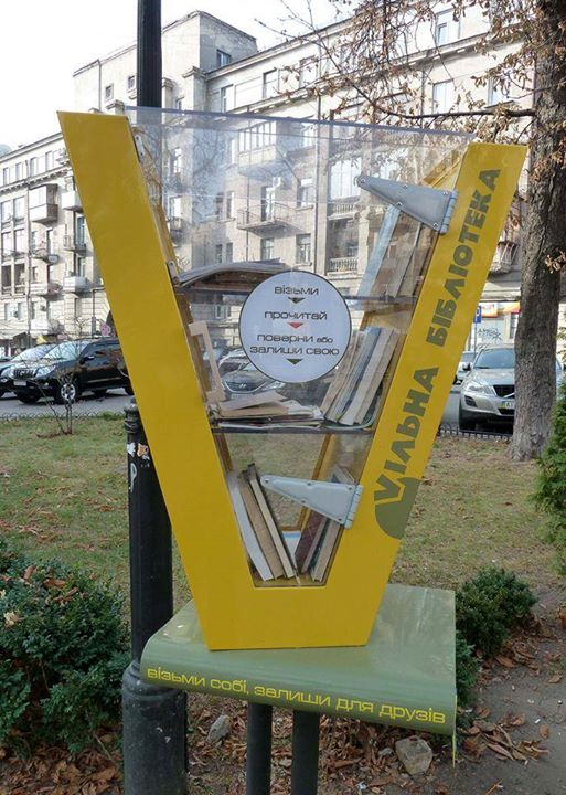 Free little library in Kiev, Ukraine (photo Carole Vercoutère)