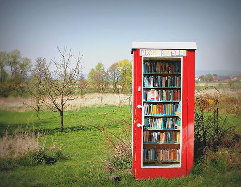 Vrije telefooncelbibliotheek op het platteland in Krimmensen, Duitsland