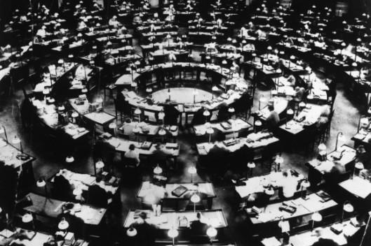 Leeszaal in de Berlijnse Staatsbibliotheek op een foto uit circa 1930