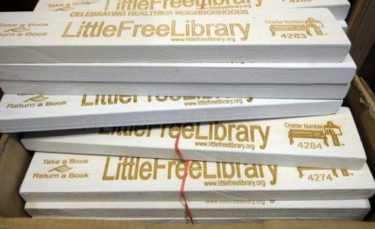 Naamplaten zoals verspreid vanuit Hudson (Wisconsin). In 2013 bedraagt het aantal minibliotheekjes in de Verenigde Staten al meer dan 5.000.