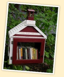 Afbeelding van de allereerste 'little free library', begin 2009 tot stand gekomen naar een idee van Todd Bol uit Hudson, Wisconsin (vervaardigd ter ere van zijn moeder). Anno 2014 zijn wereldwijd al 15.000 van dergelijke miniblibliotheekjes geregistreerd. Zie: www.littlefreelibraries.org