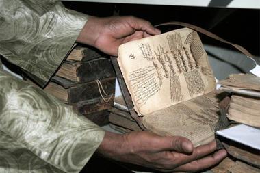 Veel van de geredde kostbare handschriften worden momenteel bewaard bij het 'Hamed Babe Book Repository'. Via crowdfunding wordt getracht 100.000 dollar bijeen te brengen, zie site IndieGpGo. (foto Harouna Traore/AP)