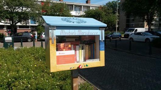 Minibibliotheek in stadswijk Mariahoeve Den Haag met eigen facebookpagina (2015)