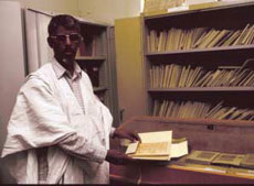 Saif-Al_islam toont met steun van UNESCO vervaardigde laser-afdrukken in de Al_Almad Malmoud Bibliotheek in Chinguetti, Mauretanië