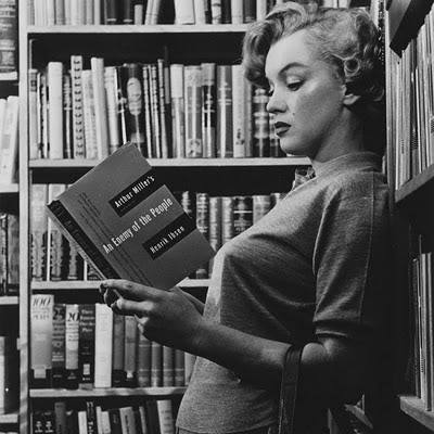 Marylin Monroe met een boek van haar echtgenoot, toneelschrijver Arthur Miller